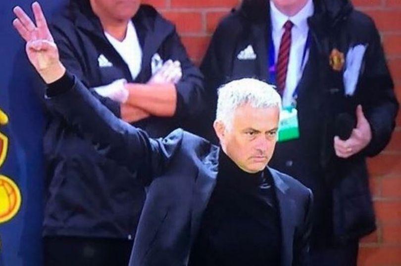 0_Mourinho-three-fingersJPG.jpg