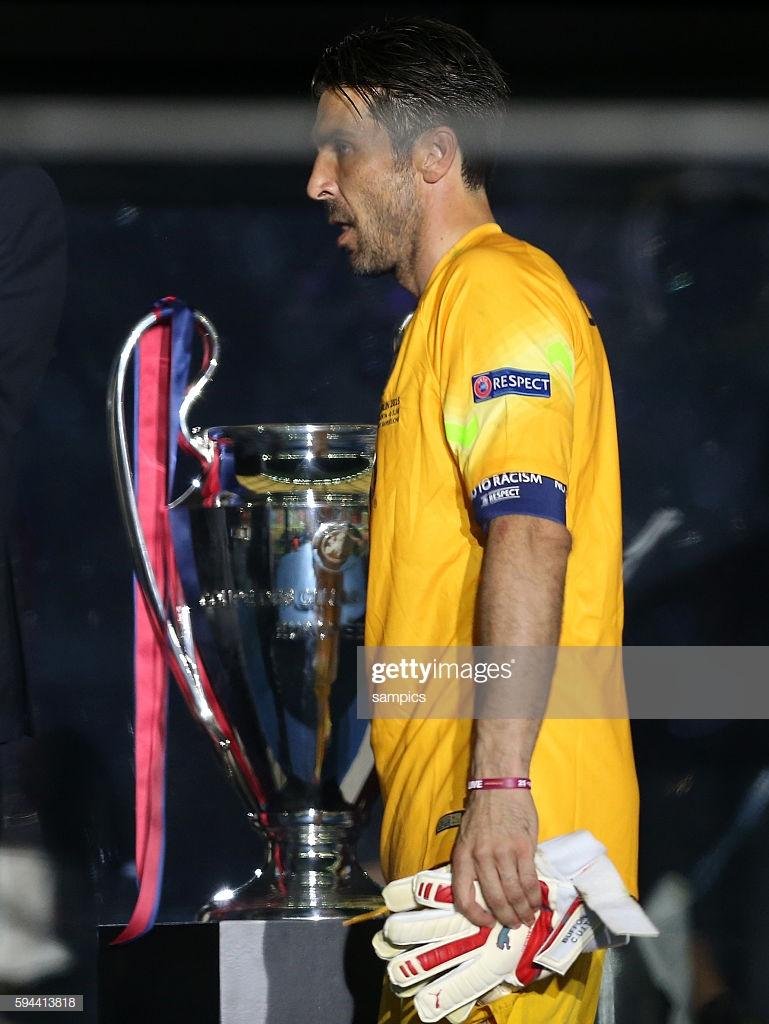 gianluigi-buffon-mit-championsleaque-pokal-fussball-championsleague-picture-id594413818.jpg