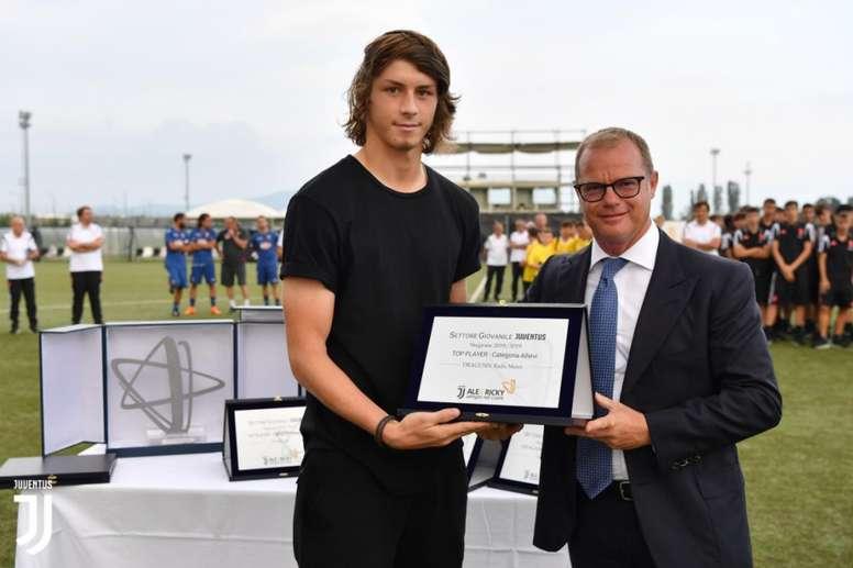 radu-dragusin-recoge-el-premio-como-mejor-futbolista-durante-un-torneo-de-pretemporada--juventus.jpg